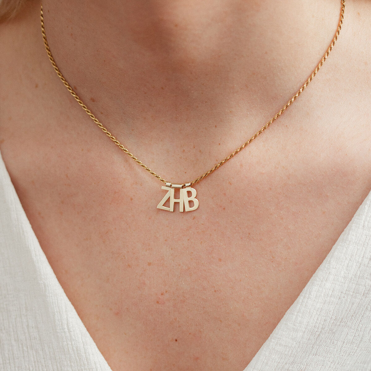 Ruby Rope Letter Necklace goud ZHB model
